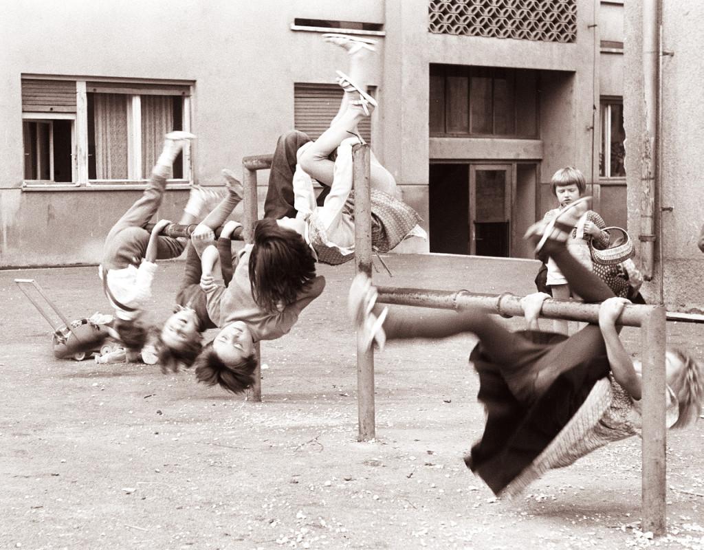 Igra_otrok_na_enem_izmed_celjskih_dvorišč_1961_(2)